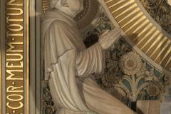 Bisschop A.J. Callier als Thomas van Aquino bij het heilig Hartaltaar.