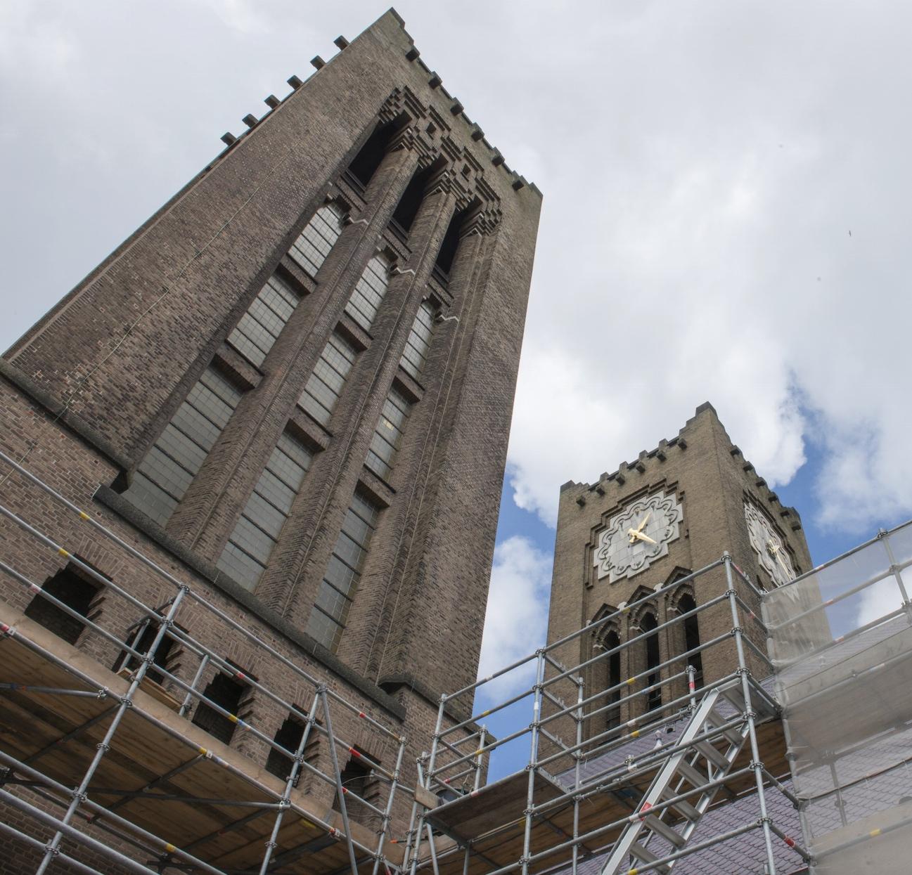 De westtorens van de nieuwe Bavo te Haarlem, van Joseph Th.J. en Pierre J.J.M. Cuypers (1925-1930).