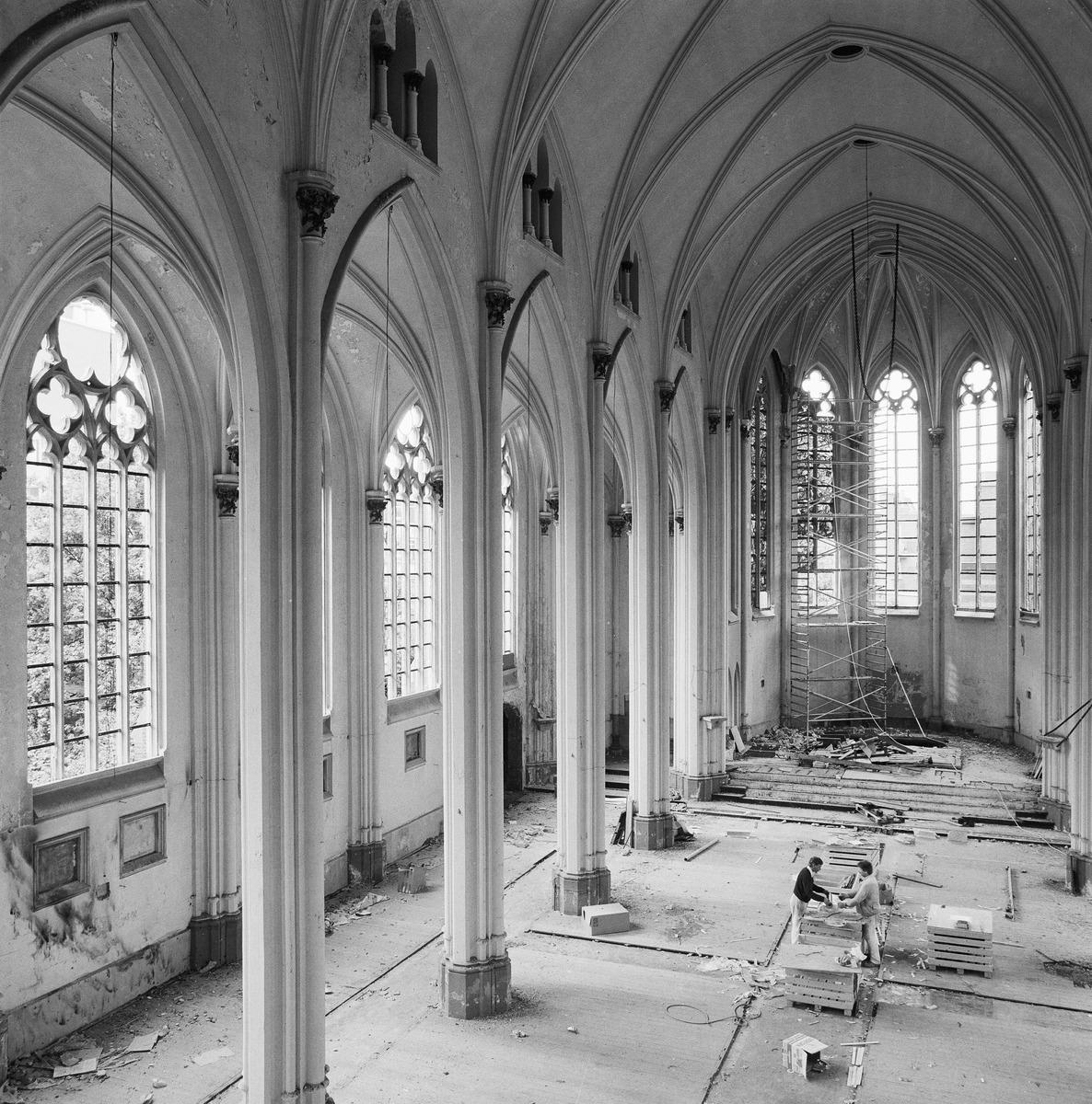 De kleine Eusebiuskerk in Arnhem, gesloopt in 1990. Van te voren werd onder meer het glas in lood weggehaald. Foto Beeldbank RCE-P. van Galen 1990.